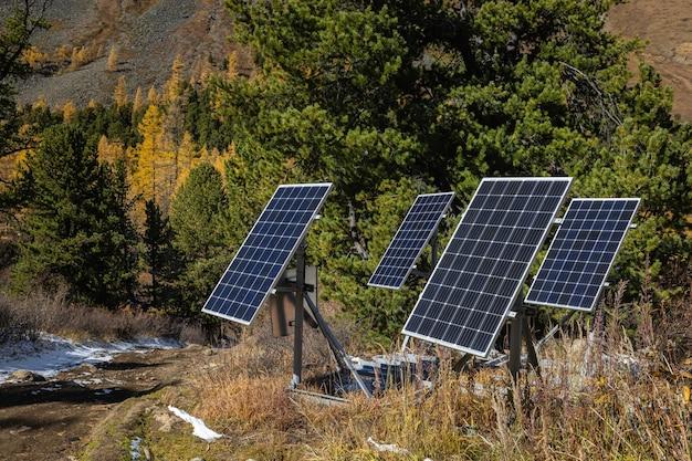 Nahaufnahme moderner sonnenkollektoren im herbst in den bergen. das konzept der ökologie.