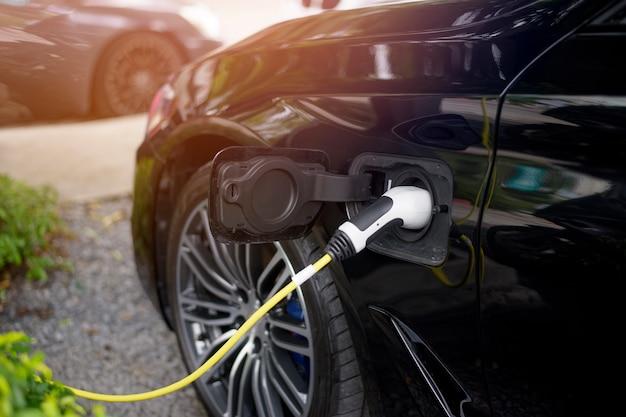 Nahaufnahme modernes auto füllt elektrischen kraftstoff nach
