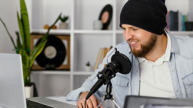 Nahaufnahme musiker mit mikrofon