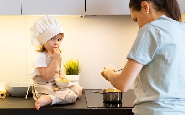 Nahaufnahme mutter, die mit kind kocht
