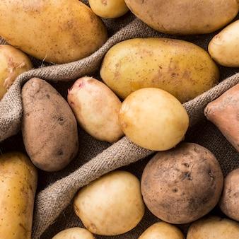 Nahaufnahme natürliche kartoffeln auf kleidung Kostenlose Fotos