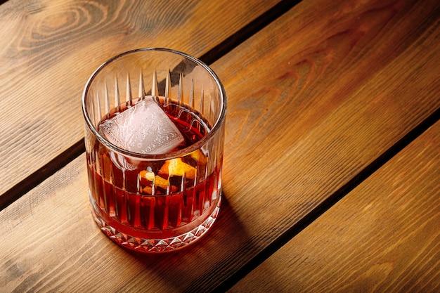Nahaufnahme negroni cocktail in altmodischem glas