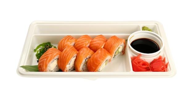 Nahaufnahme nehmen weg weg von sechs philadelphia-sushi-rollen mit rohem lachs in einwegplastikschale lokalisiert auf weißem hintergrund, hohe winkelansicht