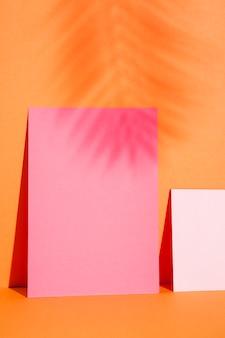 Nahaufnahme papierblätter an der wand