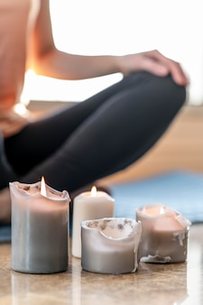 Nahaufnahme person, die mit kerzen meditiert