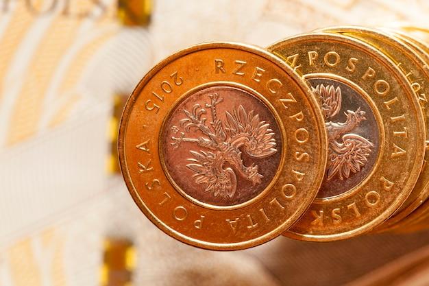 Nahaufnahme polnisches geld pln, die auf einem stapel aufeinander liegen. münzen und banknotenbild mit geringer schärfentiefe