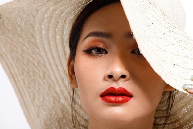 Nahaufnahme porträt des asiatischen mädchens zeigt gesicht, augen, lippen mit rotem lippenstift
