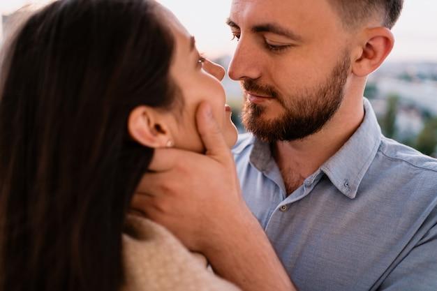 Nahaufnahme porträt verliebtes paar, das sich umarmt