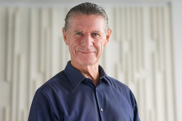 Nahaufnahme porträt von freundlich lächelnd älterer mann