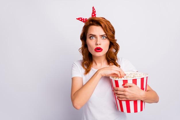 Nahaufnahme porträt von ihr sie schöne attraktive schöne glamouröse besorgte nervöse mädchen essen popcorn sehen neuen film verbringen freizeit isoliert über hellweiße pastellfarbe wand