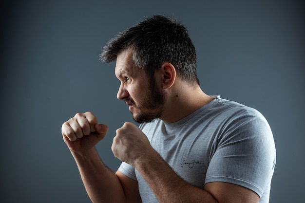 Nahaufnahme, porträts eines mannes, der sich auf einen kampf vorbereitet. selbstgraben, gewissen, streit, konfrontation, krieg.