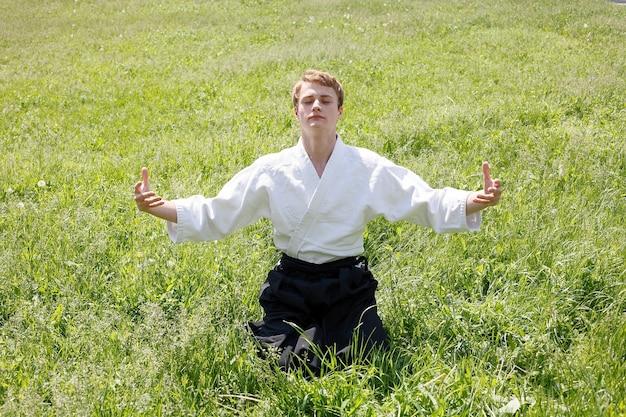 Nahaufnahme portrait des jungen taekwondo-mannes übung im naturpark