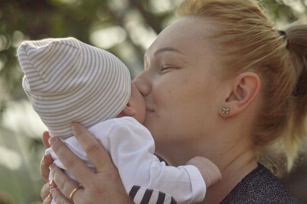 Nahaufnahme portrait von mutter und baby von angesicht zu angesicht