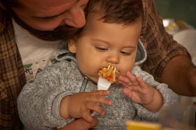 Nahaufnahme portrait von papa füttert das baby