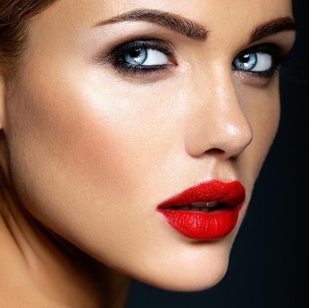 Nahaufnahme portrat der sinnlichen zauberschönheits-modelldame mit neuem täglichem make-up mit den roten lippen und sauberem gesundem hautgesicht