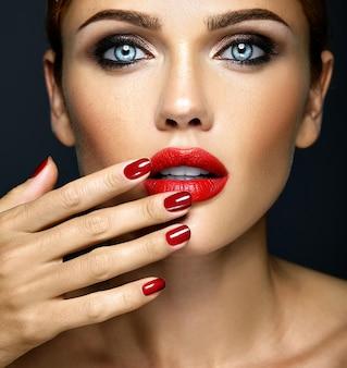 Nahaufnahme portrat der vorbildlichen dame der sinnlichen zauberschönheit mit neuem täglichem make-up