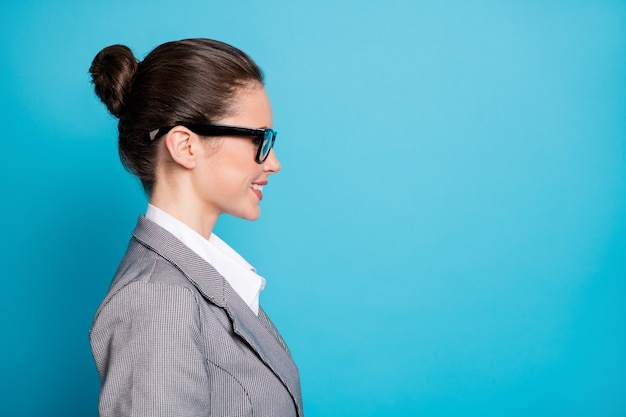 Nahaufnahme-profilseitenansicht-porträt von attraktiven, fröhlichen, intelligenten, cleveren lady-kopienräumen einzeln auf hellblauem hintergrund