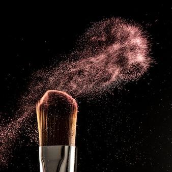 Nahaufnahme puderspritzer und pinsel für maskenbildner oder beauty-blogger