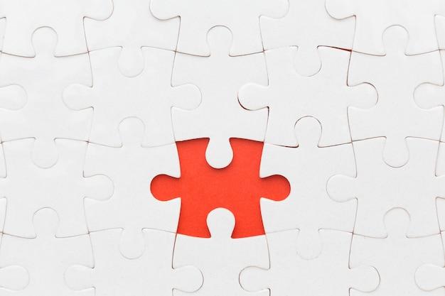 Nahaufnahme puzzle mit einem stück auseinander