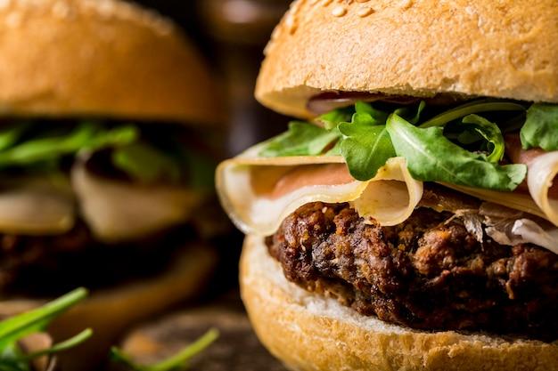 Nahaufnahme rindfleischburger mit speck