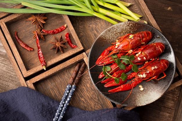 Nahaufnahme rote garnelen bereit zu essen auf einem holztisch