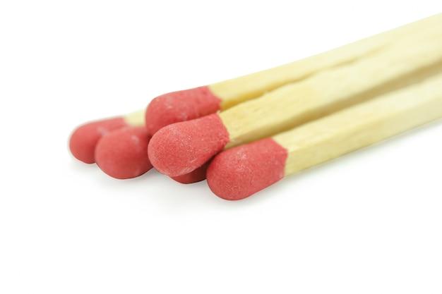 Nahaufnahme rote streichhölzer auf weiß