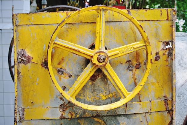 Nahaufnahme rusty yellow v-belt pulley von baugeräten