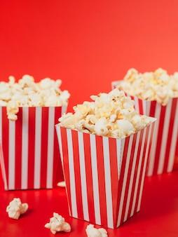 Nahaufnahme sammlung von gestreiften popcornboxen
