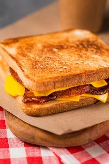 Nahaufnahme sandwich mit speck und käse