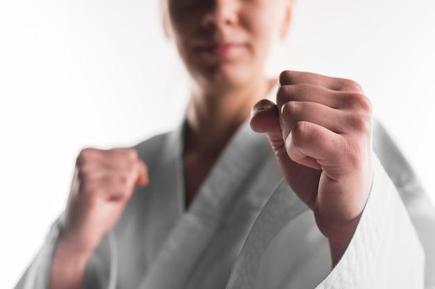 Nahaufnahme schlag der karatefrau Kostenlose Fotos