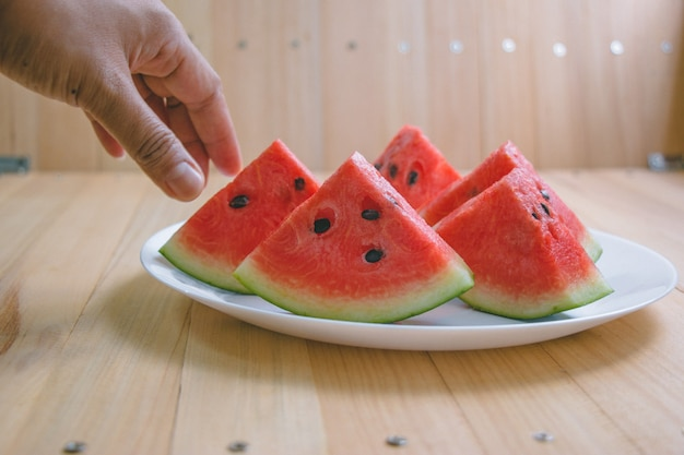 Nahaufnahme schneiden stücke der erfrischenden wassermelone auf einem hölzernen raum