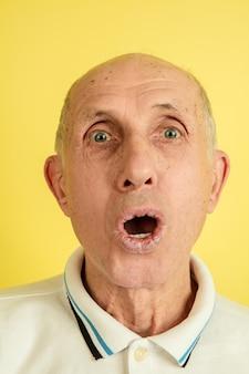 Nahaufnahme schockierter älterer mann