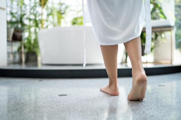 Nahaufnahme schöne asiatische frauen, die in der badewanne duschen und seifenblasen im badezimmer spielen, fühlen sie sich entspannt.