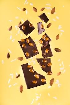 Nahaufnahme schokolade mit nüssen