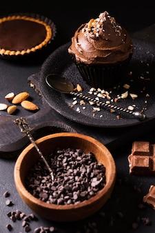 Nahaufnahme schokoladen cupcake bereit serviert zu werden