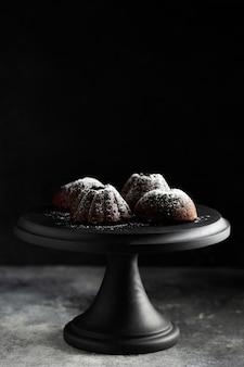Nahaufnahme schokoladendessert mit zuckerpulver