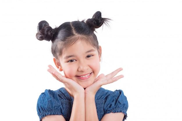 Nahaufnahme schoss vom jungen asiatischen mädchen, das über weißem hintergrund lächelt
