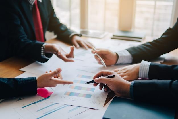 Nahaufnahme schoss von einem analytischen team, das mit den spätesten finanzergebnissen arbeitet. treffen im büro