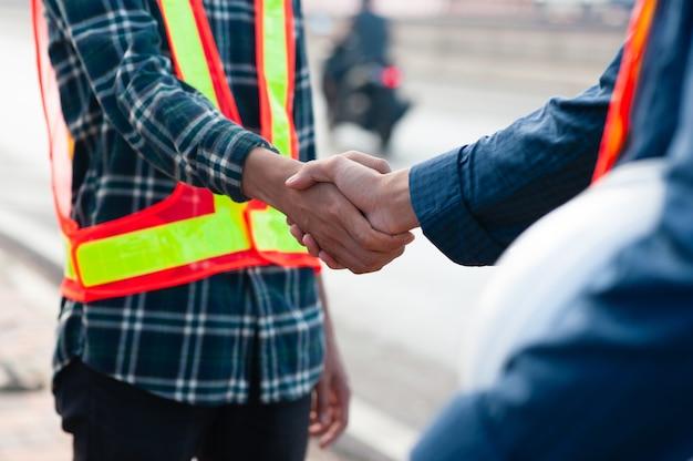 Nahaufnahme schütteln hand teamwork ingenieur vor ort arbeitserfolg, hand schütteln team vertrauen