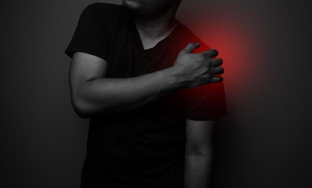 Nahaufnahme schulter- und schlüsselbeinschmerzen bei einem mann, entzündungssymptome medizinisches gesundheitskonzept.