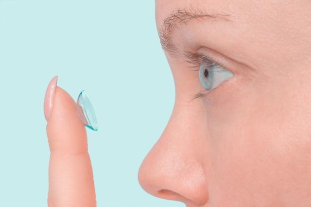 Nahaufnahme schuss der frau, die kontaktlinse trägt