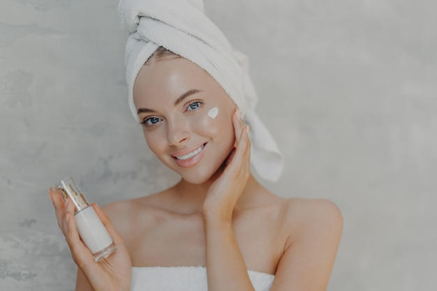 Nahaufnahme schuss der hübschen jungen europäischen frau mit minimalem make-up