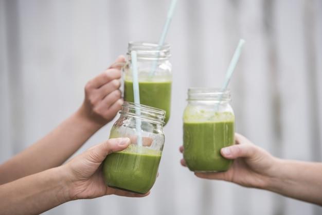 Nahaufnahme schuss des leckeren grünen veganen frischen smoothie