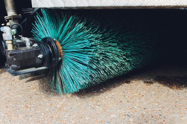 Nahaufnahme schuss einer straßenbürstenkehrmaschine.