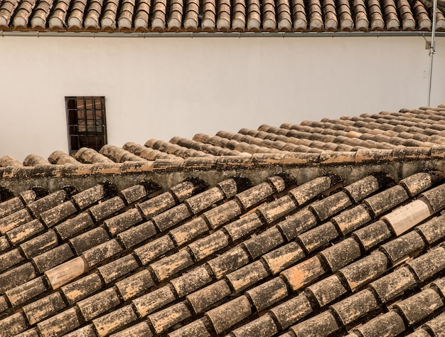 Nahaufnahme schuss von dachschindeln von häusern und gebäuden in einer alten stadt