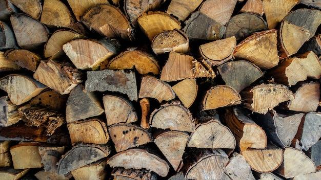 Nahaufnahme schuss von gehacktem und gestapeltem brennholz.