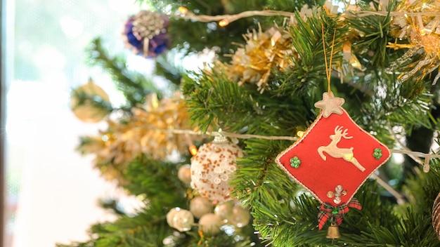 Nahaufnahme schuss von hirschpuppen auf kieferndekorationen für weihnachten und neujahrsfeiertage.