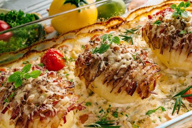 Nahaufnahme schuss von kartoffeln gefüllt mit speck im ofen gebacken