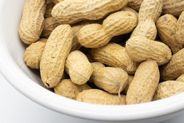 Nahaufnahme schuss von rohen erdnüssen in muscheln