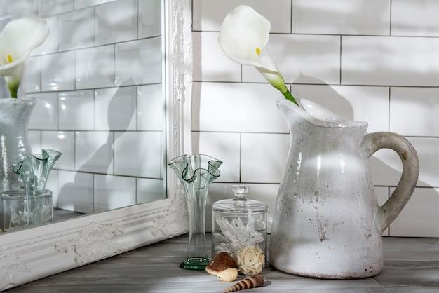 Nahaufnahme schuss von töpfen und gläsern auf dem tisch unter den lichtern - ästhetisches innenkonzept